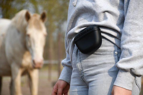 Artikel: Zwart beloningstasje. Handig klein beloningstasje met magneetsluiting.+R training, trainen met voer, clickertraining met paard