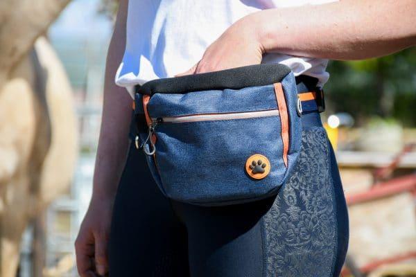 Artikel: Blauw/oranje stoffen beloningstas. Clickertraining, +R training, trainen met voer
